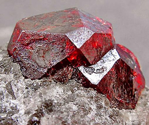 фото камень гранат красный